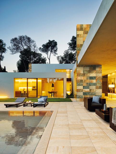 Piscina + terraza + pared, color Mix + Ocra de Serena contemporain-facade