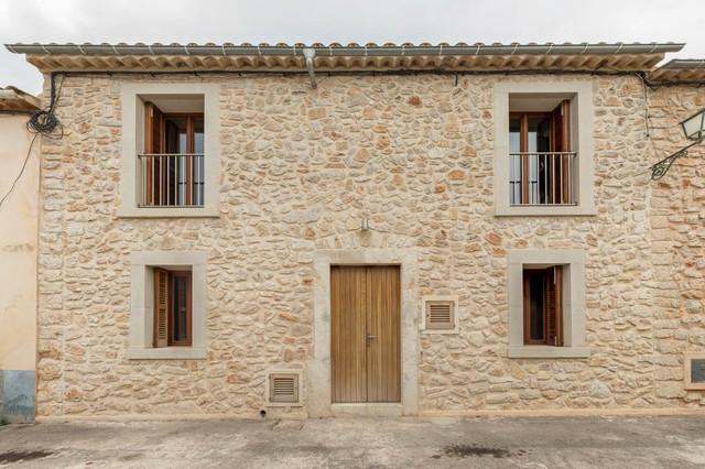 modelo de fachada marrn rstica de tamao medio de dos plantas con with piedras para fachadas de casas rusticas