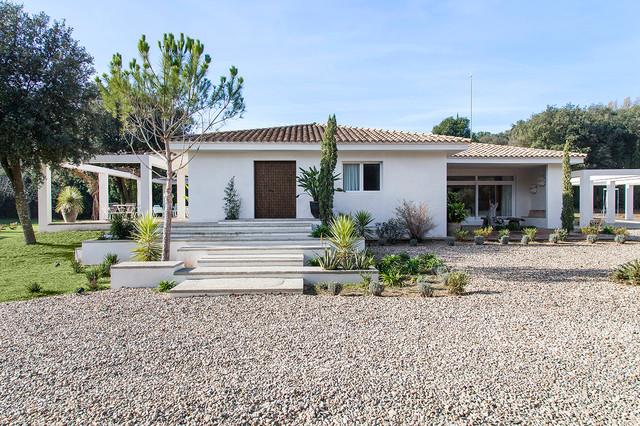 imagen de fachada blanca campestre de tamao medio de una planta con - Fachadas De Casas De Campo