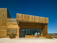 En detalle: Una piel de madera que se funde con el paisaje