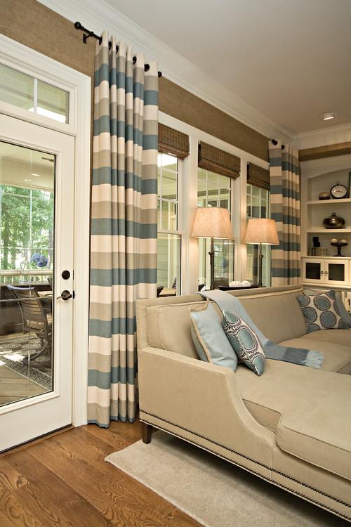 cortinas con diseño horizontal en una sala