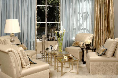 Cortinas transparente e douradas dão um lindo aspecto na sala