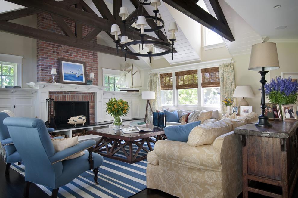 Diseño de sala de estar tradicional con paredes beige, todas las chimeneas y marco de chimenea de ladrillo