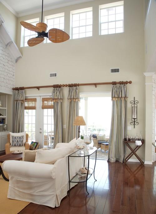 cortinas brilhantes com pisos de madeira dão um brilho na sala