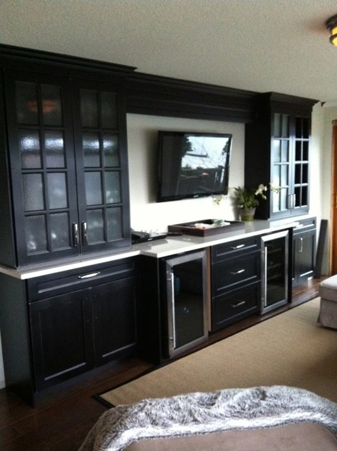 Mid-sized transitional family room photo in Toronto