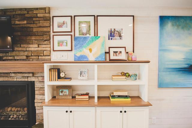 Mittelgroßes, Offenes Maritimes Wohnzimmer mit Hausbar, weißer Wandfarbe, Porzellan-Bodenfliesen, Kamin, Kaminsims aus Stein, Wand-TV und braunem Boden in Providence