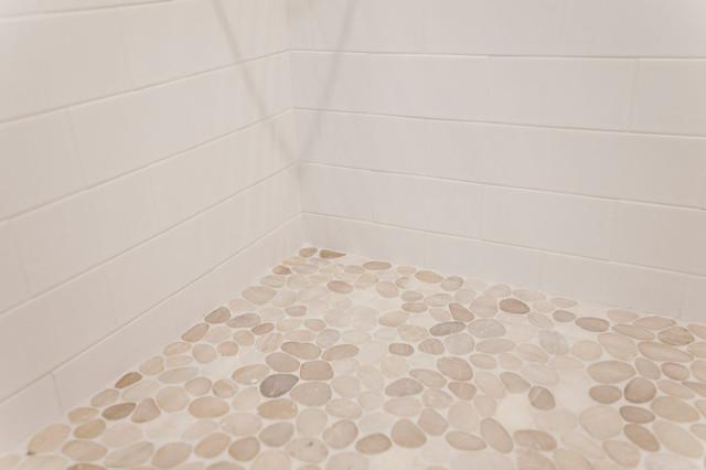 Foto de sala de estar con barra de bar abierta, costera, de tamaño medio, con paredes blancas, suelo de baldosas de porcelana, chimenea tradicional, marco de chimenea de piedra, televisor colgado en la pared y suelo marrón