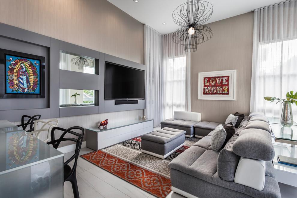 Ispirazione per un grande soggiorno minimal aperto con parete attrezzata, nessun camino e pareti beige