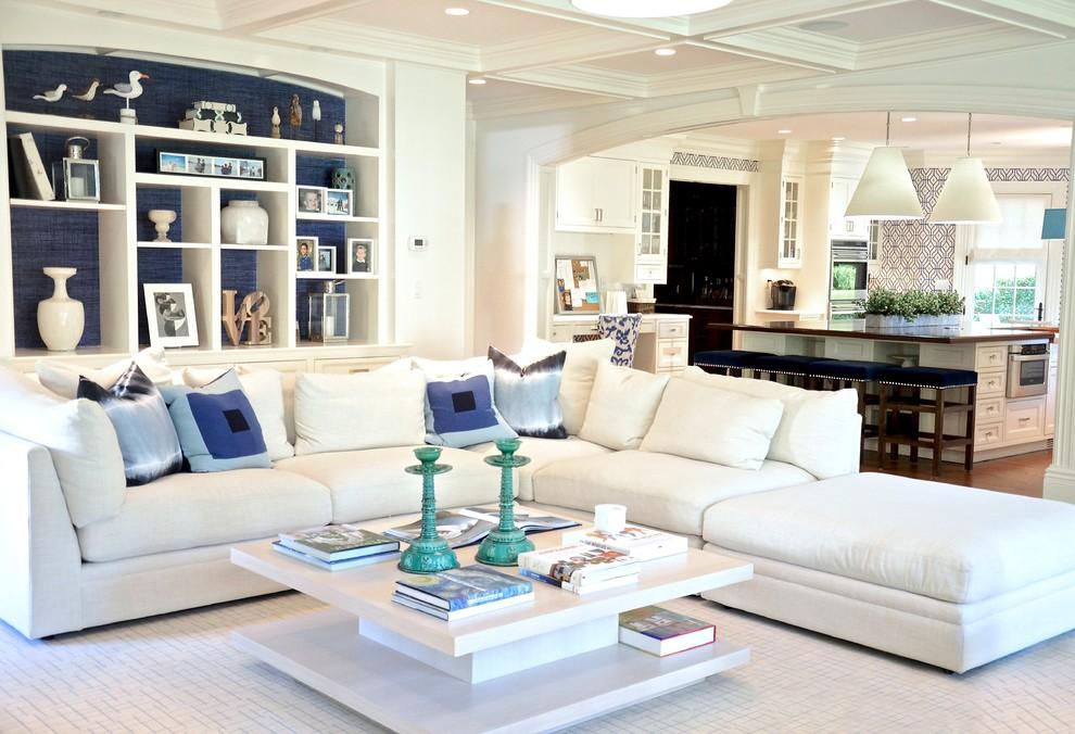 Modelo de sala de estar abierta, contemporánea, de tamaño medio, sin chimenea y televisor, con paredes grises, suelo de madera oscura y suelo marrón