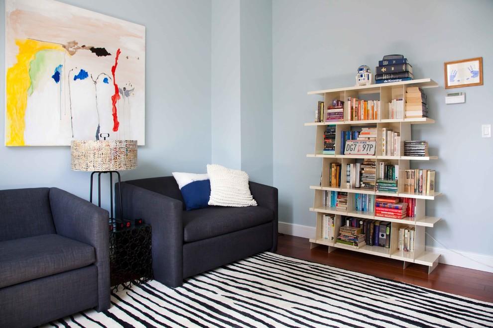 Foto di un soggiorno design con pareti grigie e parquet scuro