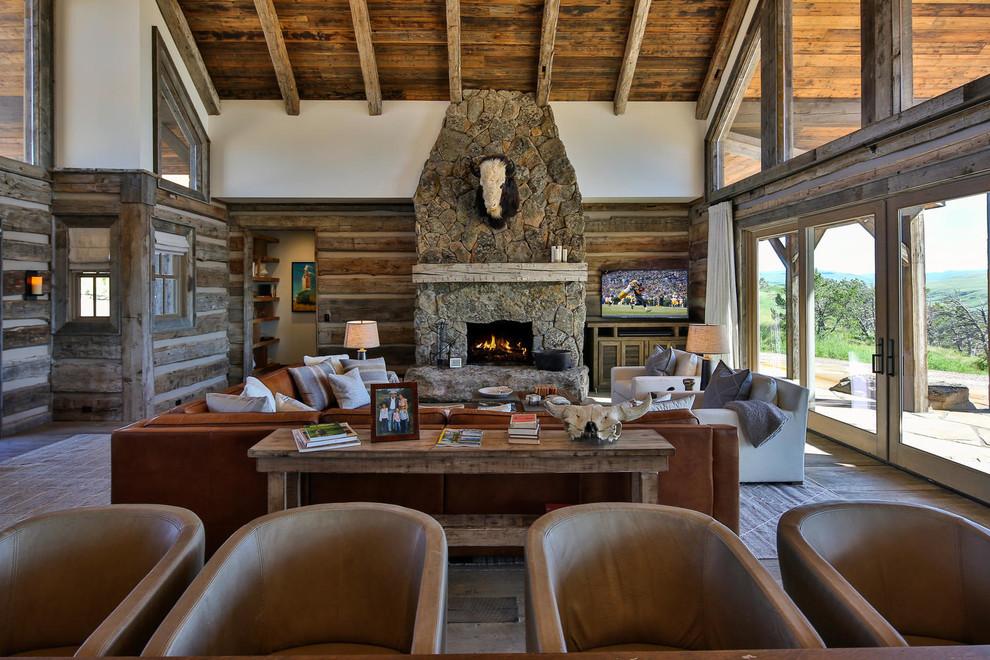 Foto de sala de estar abierta, rural, con todas las chimeneas y televisor independiente