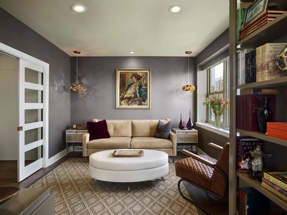 Diseño de sala de estar con biblioteca cerrada, clásica renovada, de tamaño medio, sin chimenea y televisor, con paredes grises y suelo de madera oscura