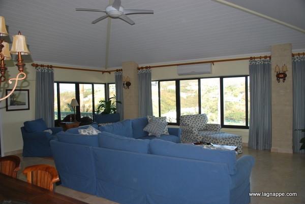 Sea side villa tropical-family-room