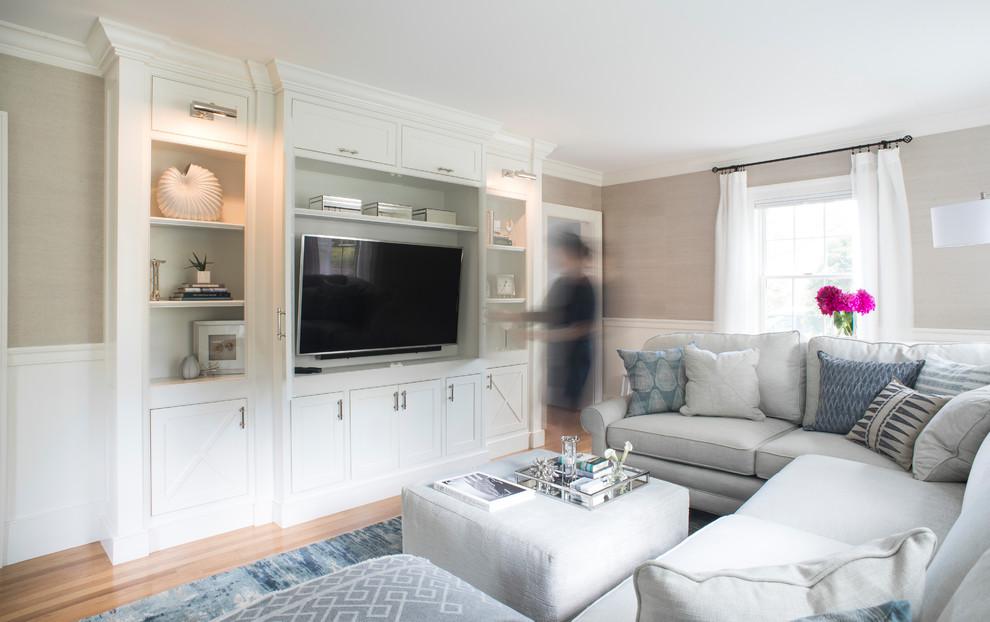 Réalisation d'une grand salle de séjour marine avec un téléviseur encastré, un mur beige, un sol en bois clair et un sol beige.