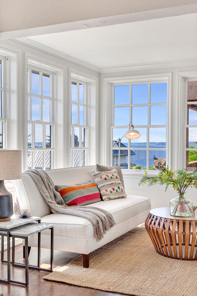 Idee per un soggiorno al mare di medie dimensioni e chiuso con parquet scuro e pareti grigie