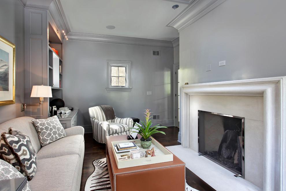 Ispirazione per un soggiorno tradizionale con pareti grigie e parquet scuro