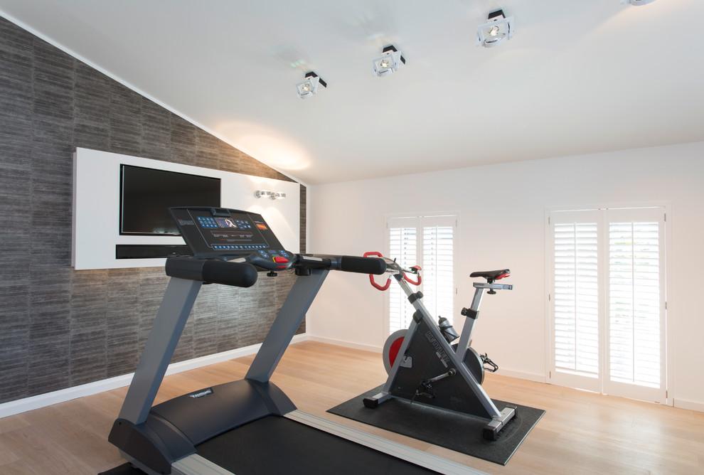 Moderner Fitnessraum mit weißer Wandfarbe in Köln