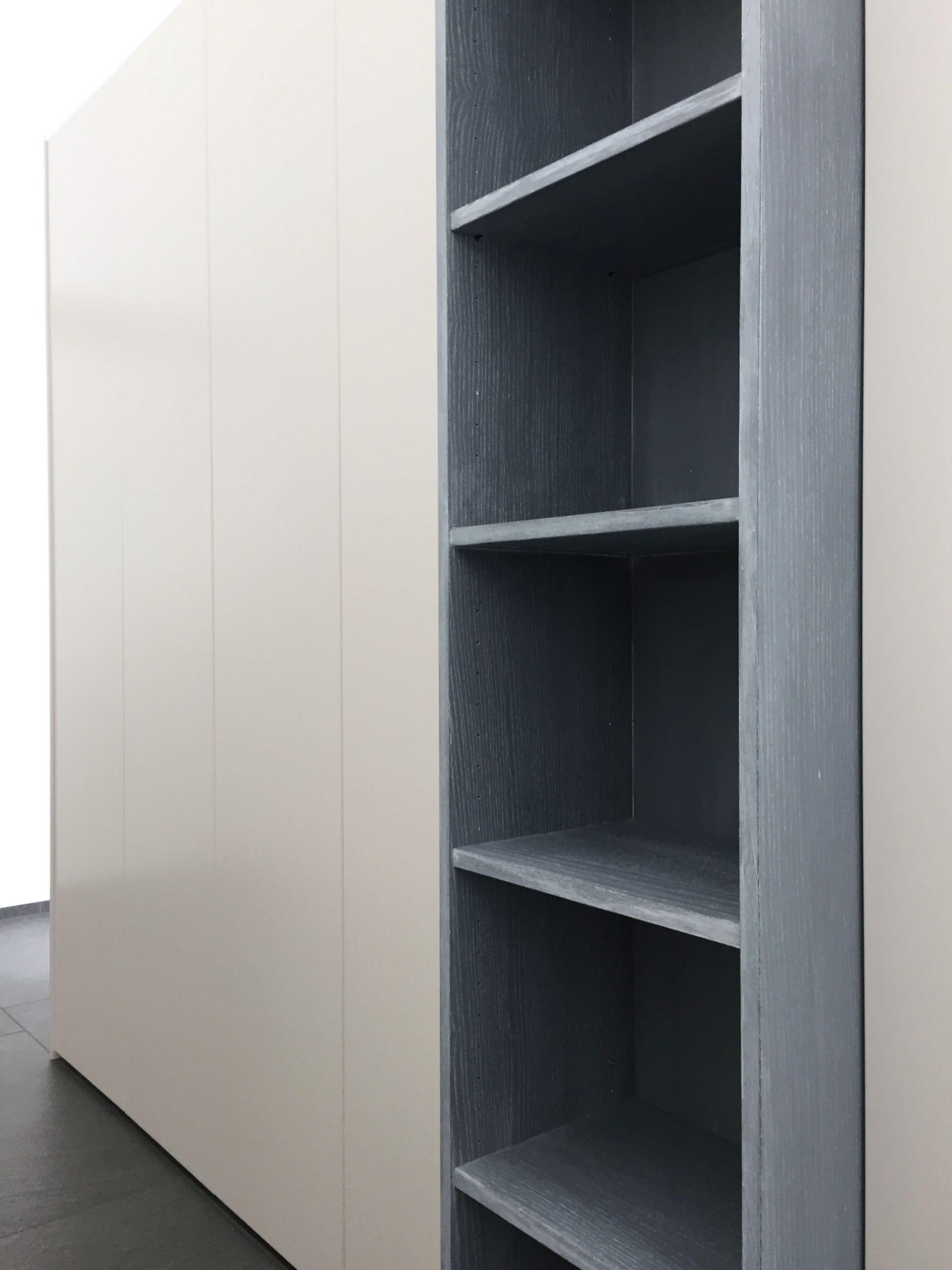 Blau gefasstes Regal passend zu den Schiebetüren der anderen Seite