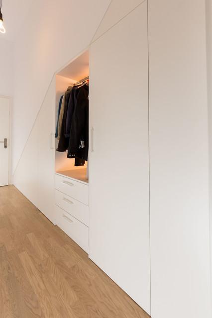 flurgarderobe unterhalb einer treppe offen und. Black Bedroom Furniture Sets. Home Design Ideas