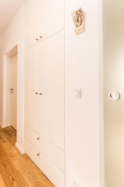 flurnischenschrank mit in der h he geteilten t ren und zwei schubf chern modern flur. Black Bedroom Furniture Sets. Home Design Ideas