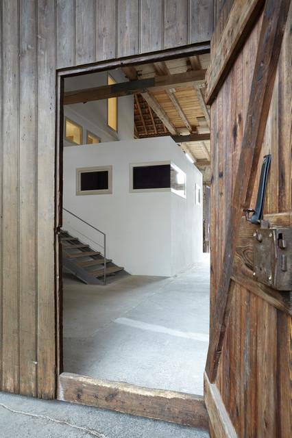 haus im haus umbau einer scheune zu wohnraum modern flur frankfurt am main von. Black Bedroom Furniture Sets. Home Design Ideas