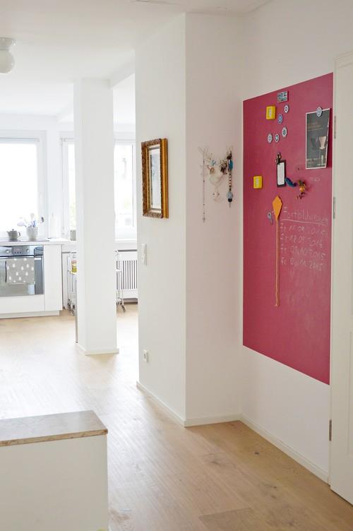 Pan de mur rose indien sur fond blanc