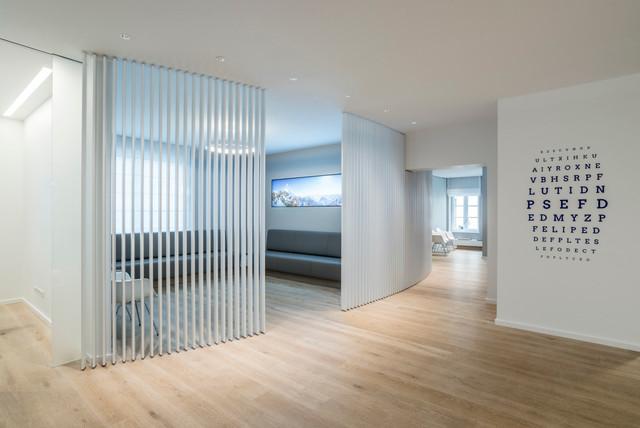Modernes loft mit raumtrenner aus holz lamellen modern for Inneneinrichter nrw