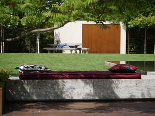 Blick auf den platanen platz mit wandbrunnen for Minimalistisch essen