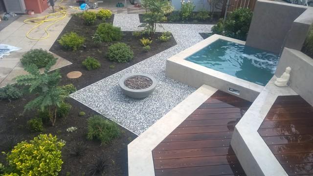 garten mit wasserbecken wasserfall sitzbank und mehr modern garten n rnberg von. Black Bedroom Furniture Sets. Home Design Ideas