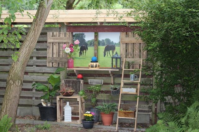 Garten - Sichtschutz aus alten Paletten - Landhausstil - Garten ...