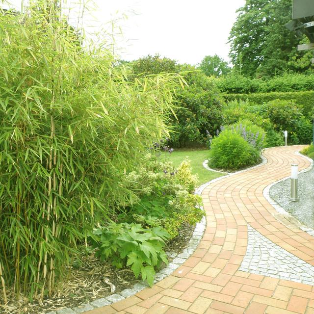 gartenweg mit bambus. Black Bedroom Furniture Sets. Home Design Ideas