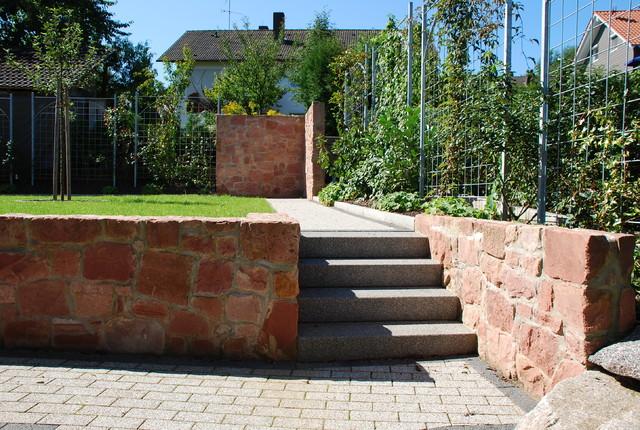 Gartenweg mit treppe und sandsteinmauer begr nte rankgitter for Rankgitter dekorieren