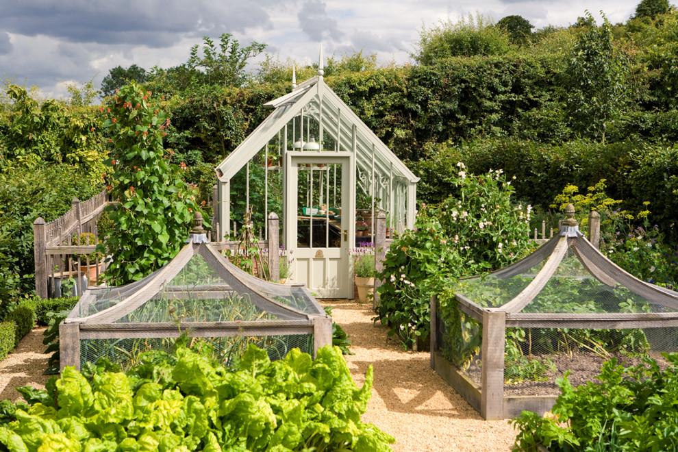 Inredning av en klassisk liten trädgård