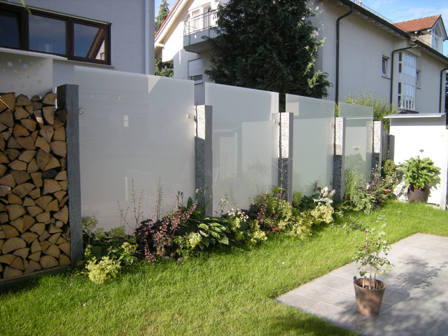 Glas und edelstahl als sichtschutz im garten modern - Gartengestaltung ideen sichtschutz ...