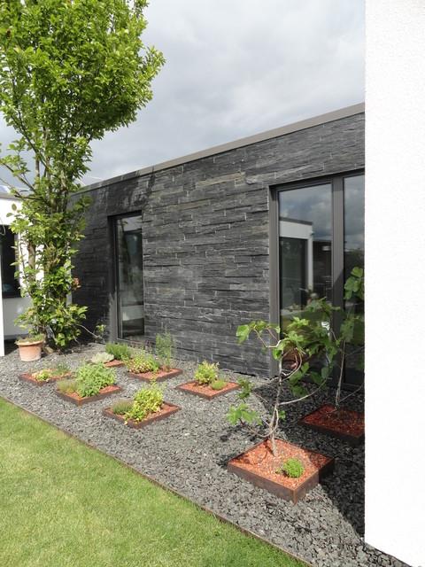 hauswand mit naturstein und steingarten. Black Bedroom Furniture Sets. Home Design Ideas