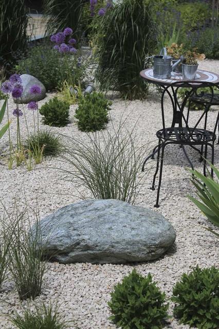 kleiner sitzplatz im kiesgarten zwischen gr sern und stauden landhausstil garten m nchen. Black Bedroom Furniture Sets. Home Design Ideas