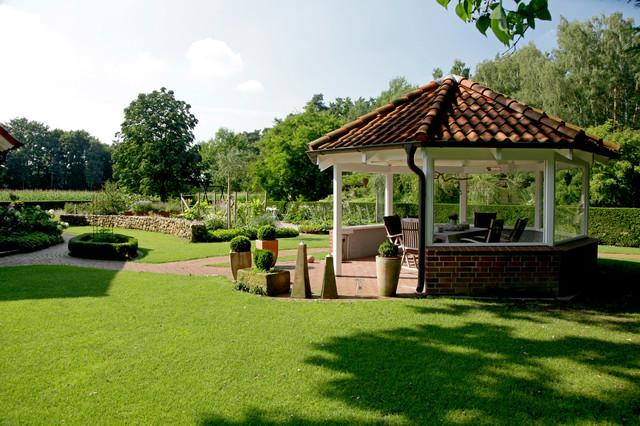 Landhausgarten mit boulebahn und pool landhausstil for Gartengestaltung landhausstil