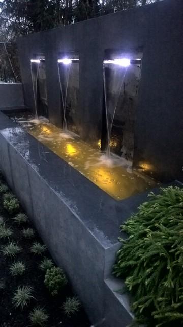 Modern Backyard, Terrasse Mit Wasserfall, Bank, Pflanzkästen Und