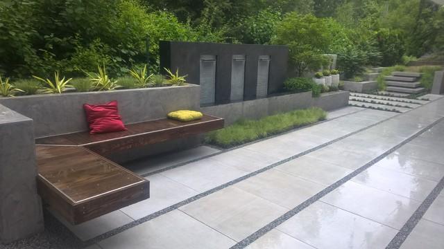 modern backyard, Terrasse mit Wasserfall, Bank, Pflanzkästen ...
