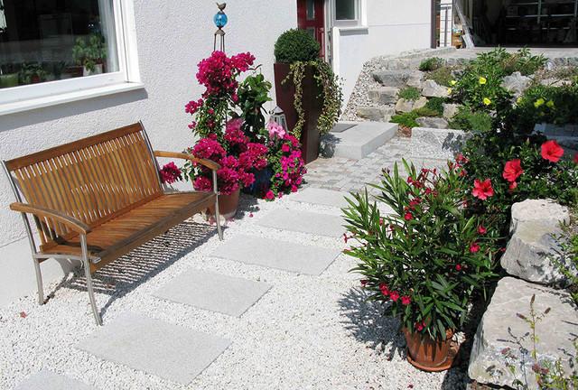 Moderner Garten -Trittplatten im Kies
