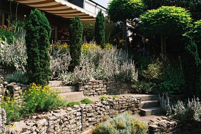 reihenhausgarten amphitheater statt bahnschwellenwand mediterran garten dortmund von. Black Bedroom Furniture Sets. Home Design Ideas