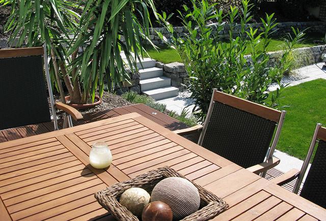 terrassierter garten mit naturstein b schung hund vor startseite design bilder. Black Bedroom Furniture Sets. Home Design Ideas
