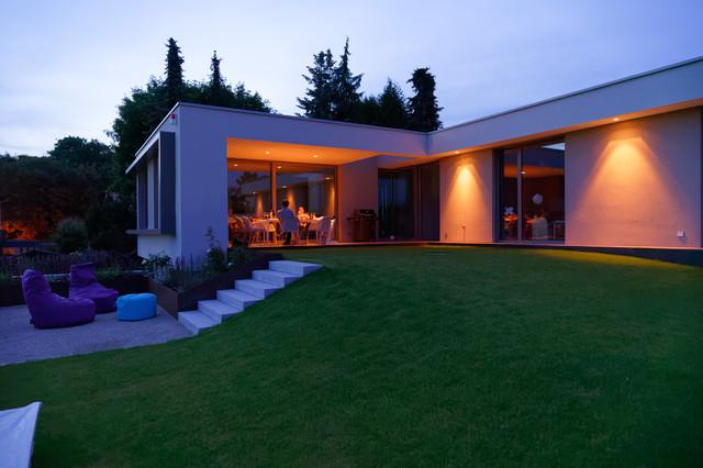 Überdachte terrasse und garten / abend - modern - garten, Gartenarbeit ideen