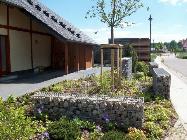 vorgarten mit gabionen - traditional - garden - berlin - by, Garten und Bauen