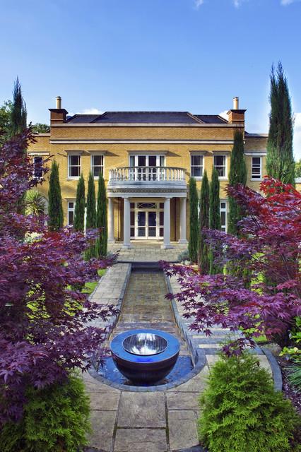 Wasserspiel In Einem Klassischen Englischen Garten Traditional Garden