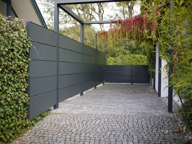 zufahrt mit pergola und sichtschutz minimalistisch garten m nchen von freiraum plan. Black Bedroom Furniture Sets. Home Design Ideas
