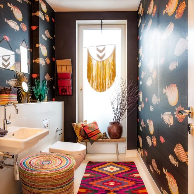 Mittelgroße Eklektische Gästetoilette mit schwarzer Wandfarbe, Kalkstein, Wandwaschbecken, Mineralwerkstoff-Waschtisch, beigem Boden, Wandtoilette und Porzellanfliesen in Hamburg