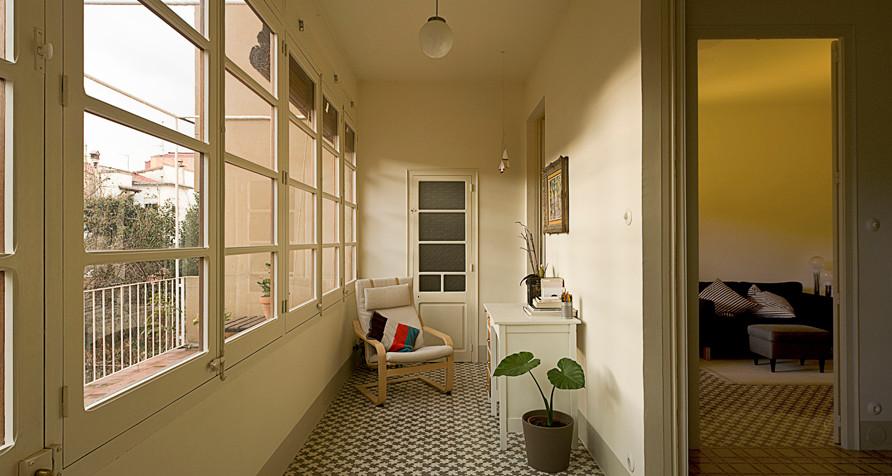 Diseño de galería clásica renovada, pequeña, sin chimenea, con suelo de baldosas de cerámica y techo estándar