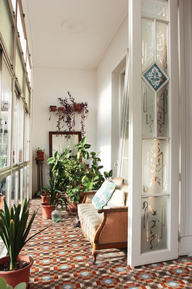Foto de galería clásica, de tamaño medio, sin chimenea, con techo estándar, suelo de baldosas de cerámica y suelo multicolor