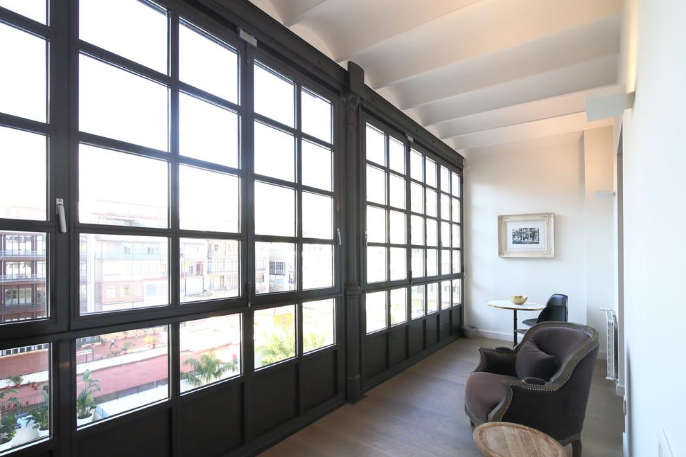 Foto de galería tradicional renovada, grande, sin chimenea, con suelo de madera clara y techo estándar